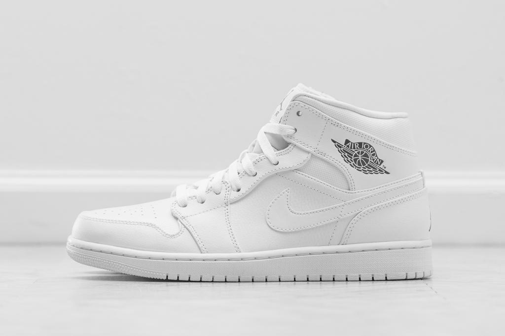 Air-Jordan-1-Retro-Black-White-5